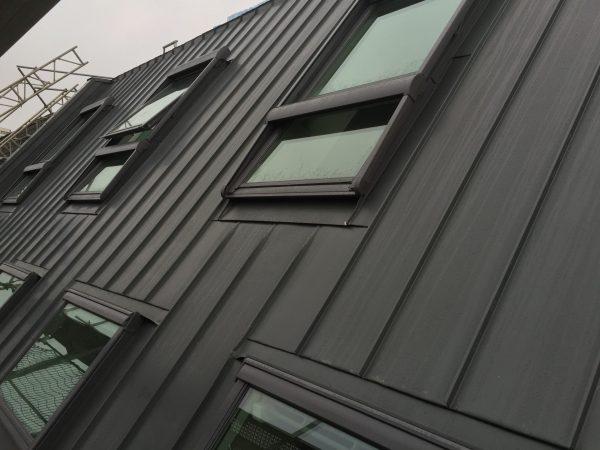Eindeckung aus Zink schiefergrau in Stehfalzdeckung mit Veluxfenstern